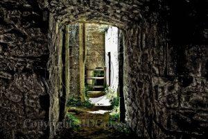 Kasteel Hunaudaye; kasteelruine; ruine; doorkijkje ruine; Bretagne; Frankrijk