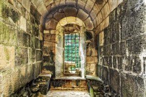 Kasteel Hunaudaye; raam in kasteel; kasteelruine; ruine; Bretagne; Frankrijk