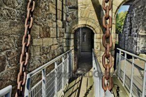 Hunaudaye; kasteel Hunaudaye; kasteelruine; Bretagne; Frankrijk; entree kasteel; loopbrug kasteel