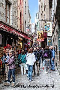 Le Mont-Saint-Michel; straatje Le Mont-Saint-Michel; toeristen Le Mont-Saint-Michel